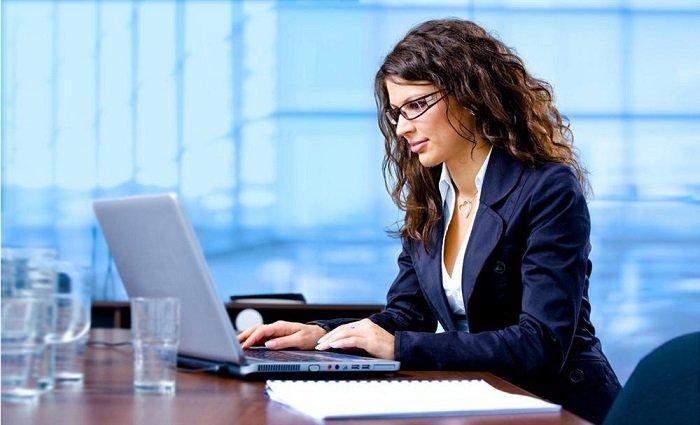 Девушка сидит в интернете
