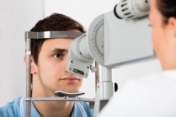 Пациент с расширенными зрачками у офтальмолога