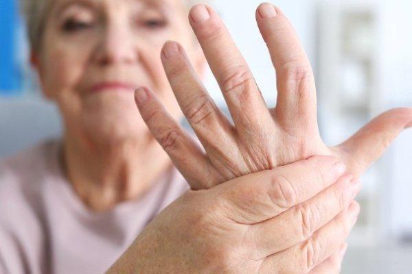 Трясутся руки у пожилой женщины