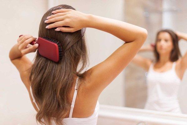 Расчессывает волосы