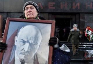 Женщина с портретом Ленина в руках
